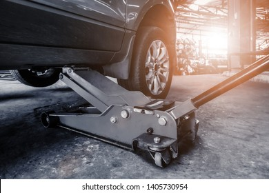 Hydraulic car jack lift the new car for change the tyre