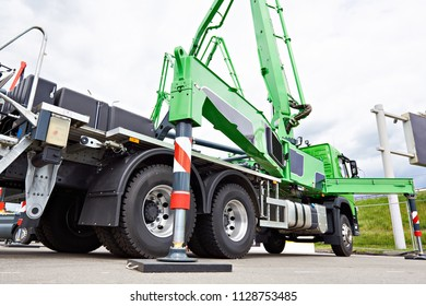 Hydraulic support construction truck with platform
