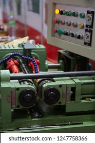 Hydraulic thread rolling machine making thread on spindle