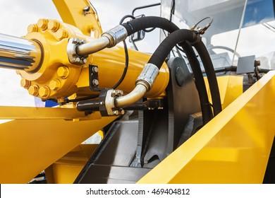 液压拖拉机黄色。重点在液压管