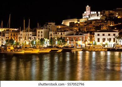 Ibiza Ufer mit nachts gepferchten Booten