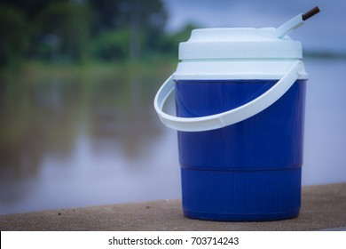 Ice bucket made of plastic For putting ice out to picnic on weekends, our pleasure is to have a rest. Go on holiday with family