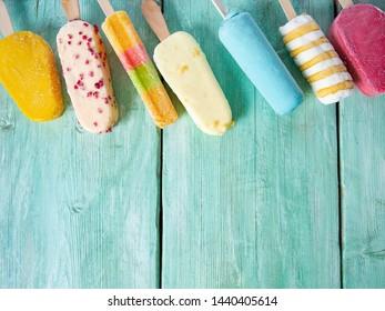Eis-Sorte auf türkisfarbener Oberfläche