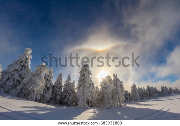 Ice crystal halo in diamond dust