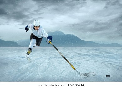 Ice hockey player at the ice.