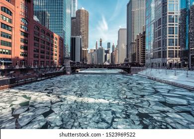 Eis auf dem Fluss Chicago während des Winterpolarwirbels