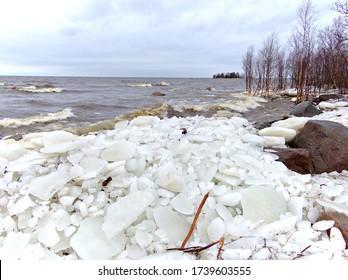 El hielo se acumula en la orilla luego de una fuerte tormenta de invierno