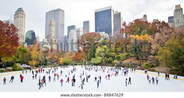 Eisläufer, die im Herbst im New York Central Park Spaß haben
