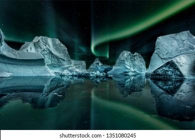 Eisberg schwimmt nachts im grünen Fjord mit grünen Nordlichtern.