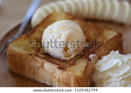 icecreme on the bread with banana and syrup