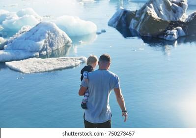 Iceland, Jokulsarlon lagoon, family on icelandic glacier lagoon bay,