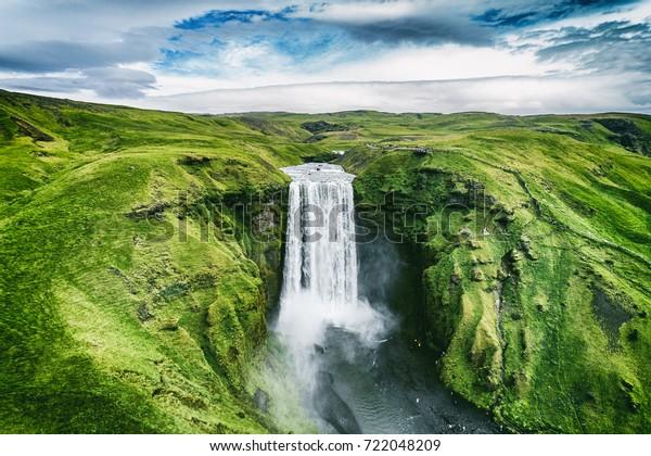Isländische Wasserfall Skogafoss in isländischer Naturlandschaft. Berühmte touristische Attraktionen und Wahrzeichen in isländischer Naturlandschaft auf Südisland. Lufttrockner-Sicht auf den obersten Wasserfall.