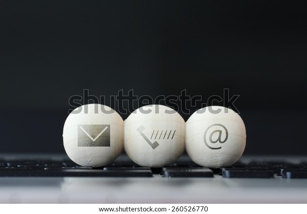 Symbol auf hölzernem Ball der Website und Internet kontaktieren Sie uns Seite Konzept auf Computer-Laptop-Tastatur