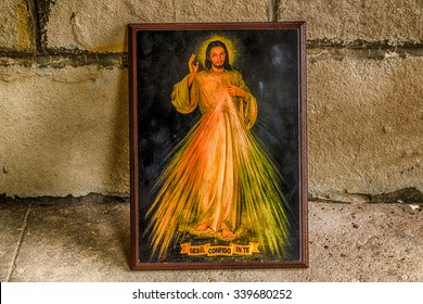 an icon with the picture of the Merciful Jesus leaning on an old wall: the translation of the Italian writing on bottom is Jesus, I trust in you
