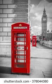 Icónico teléfono rojo británico con Big Ben en una tarde soleada - Versión en blanco y negro - Londres, Reino Unido