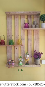 Ideas to decorate the walls with shelves made of wood and decorated with colorful glass and dolls.