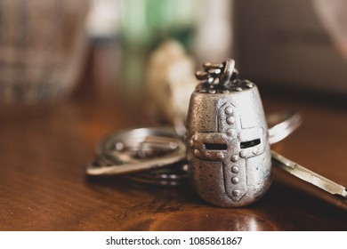 Ideas to protect the home from thieves and inconveniences, starting from a simple metal keychain in the shape of an ancient medieval helmet to express protection.