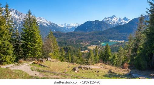 idyllische Alpenlandschaft, Blick vom Kranzberger Bergpfad zum Lautersee und zu den Alpen in der Frühlingssaison