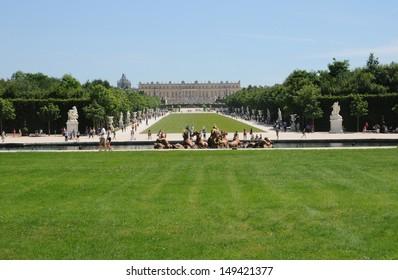 Ile de France, tourists in the parc of Versailles palace