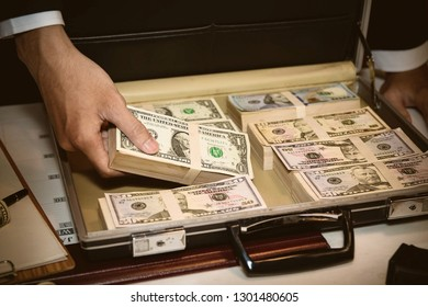 Illegal proceeds, the male businessmen were placed inside the bag, and packed a lot of dollar bills to misuse.