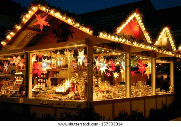 Illuminierte Weihnachtsmesse mit vielen glänzenden Dekorationsartikeln, keine Logos
