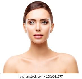 Frau Schönheitsporträt, natürliche Lippen Augen Make-up und Gesicht Hautpflege, junges Modell isoliert auf Weiß, Blick auf die Kamera