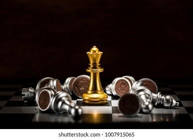黃金女王圍棋包圍著許多下落的白銀棋子,業務戰略概念