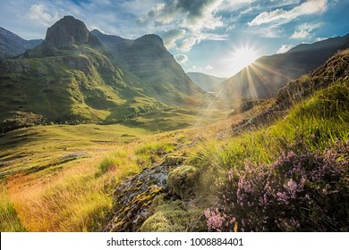 Talansicht unter den Bergen von Glencoe, Lochaber, Highlands, Schottland, Großbritannien