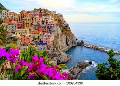 Dorf Manarola, an der Küste der Cinque Terre von Italien mit Blumen