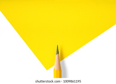Minimalistische sjabloon met kopie ruimte door bovenaanzicht close-up macro foto van houten geel potlood geïsoleerd op wit textuur papier en combineren met gele afbeelding. Flitslicht maakte vloeiende schaduw van potlood.