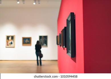 Raum im Museum mit Kunstwerken und Besucher.