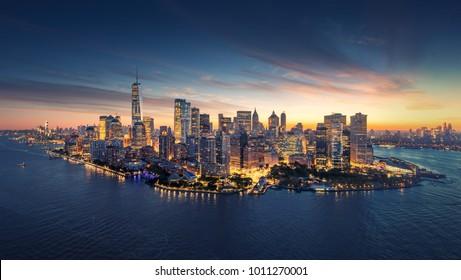 New York City Panorama Skyline bei Sonnenaufgang. Manhattan Bürogebäude / Wolkenkratzer am Morgen. Panoramaaufnahme von New York City.