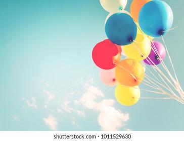 レトロなインスタグラムフィルター効果で作られたカラフルな風船。夏と結婚式の誕生日おめでとう、新婚旅行のパーティーの背景に使用の概念。ヴィンテージカラートーンスタイル
