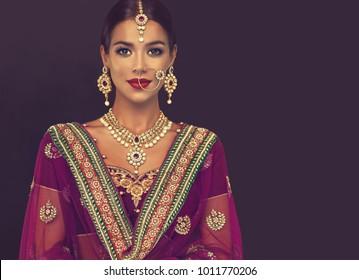 美しいインドの女の子の肖像画。クンダンジュエリーセットの若いヒンドゥー教の女性モデル。伝統的なインドの衣装lehengacholiまたはsari