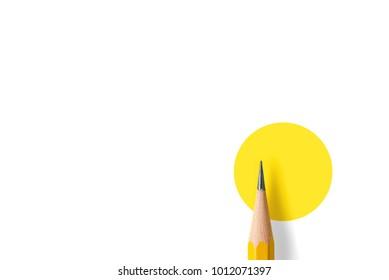 Minimalistische sjabloon met kopie ruimte door bovenaanzicht close-up macro foto van houten geel potlood geïsoleerd op wit textuurpapier en combineren met gele cirkel. Flitslicht maakte een vloeiende schaduw van potlood.