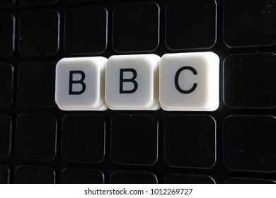 BBCコントロールテキスト単語タイトルキャプションラベルカバー背景背景。黒の反射背景にアルファベット文字のおもちゃのブロック。