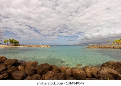 Kleiner Strand an der Pointe du Bout mit Blick auf Fort-de-France - Martinique - FWI