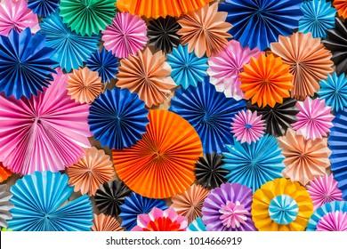 Buntes Kreisformpapier, mehrfarbiges Origami, Kunst und Idee bunter Hintergrund
