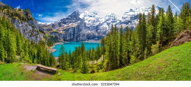Erstaunliche Tourquise Oeschinnensee mit Wasserfällen und Schweizer Alpen, Kandersteg, Berner Oberland, Schweiz.