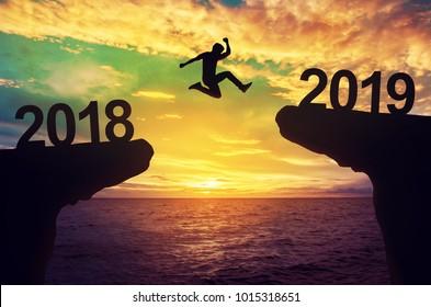 Mann springen zwischen 2018 und 2019 Jahren.