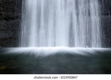 abstrakte Nahaufnahme eines Wasserfalls glatte Linien
