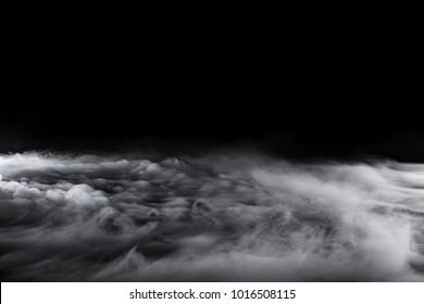 Olas ondulantes de nubes arremolinadas de hielo seco en el fondo incluso con luz