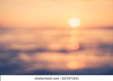 Unscharfer tropischer Sonnenuntergangsstrand mit abstraktem Hintergrund der Bokeh-Sonnenlichtwelle. Kopieren Sie den Raum des Sommerferien- und Reiseabenteuerkonzepts im Freien. Vintage Tonfilter Farbstil.