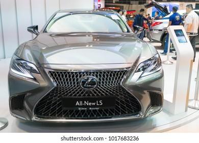 SINGAPUR - 14. JANUAR 2018: Lexus LS auf der Motorshow in Singapur.