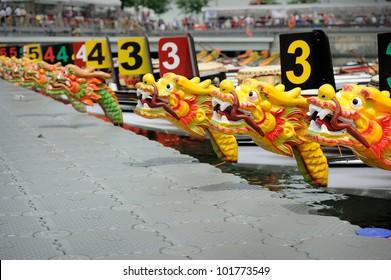 Dragon Boats bij het dok.