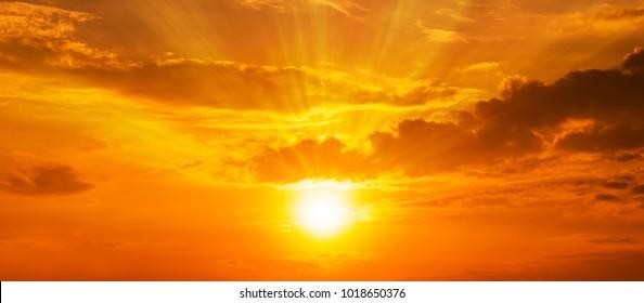 Magnífico panorama escénico del fuerte amanecer con rayo de luz y nubes en el cielo naranja