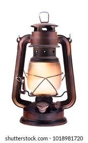 Gaslaterne mit brennendem Licht, lokalisiert auf einem weißen Hintergrund. Eine antike Vintage Lampe. Hipster Zubehör. Camping Licht. Innenausstattung. Rostig, mit Patina bedeckt. Metallgehäuse, geräuchert gefrostet