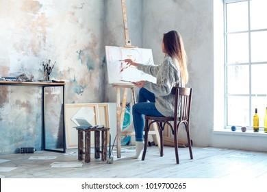 Künstlerische Malerei der jungen Frau zu Hause kreative Malerei Rückansicht