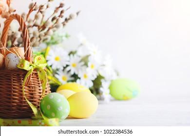 イースター、おめでとう。おめでとうイースターの背景。イースターの卵と花。