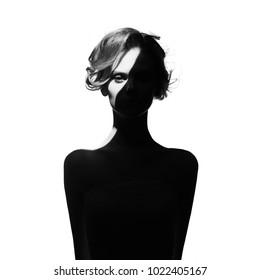 Retrato surrealista de moda de arte en blanco y negro de hermosa mujer con un haz de luz en su rostro